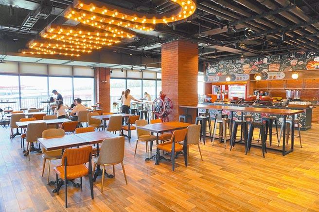 「麗寶賽車主題旅店」大廳休憩的座位區也可觀賽。(何書青攝)