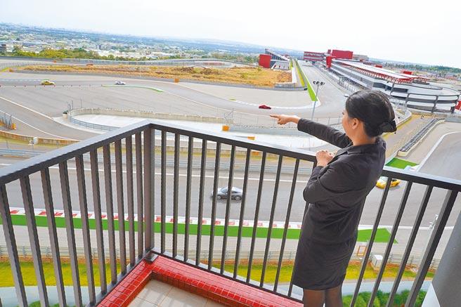 「麗寶賽車主題旅店」近半數房型擁景觀陽台,在房內就能過癮地直接觀賽。(何書青攝)