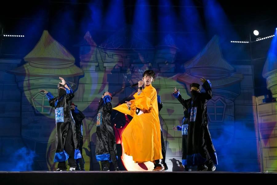鼓鼓昨晚扮演道士,率领殭尸军团登上桃园万圣城演出。(相信音乐提供)