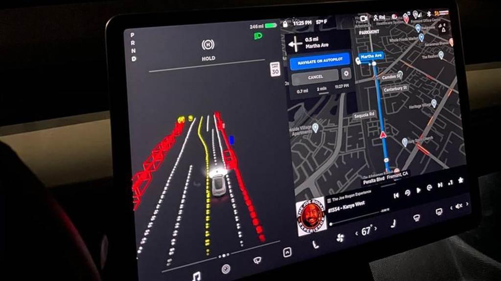 這是 FSD beta 的行駛畫面,由於新介面都只出現在 beta 測試車上,所以無從得知未來非 FSD 車輛會顯示怎樣的視覺畫面。
