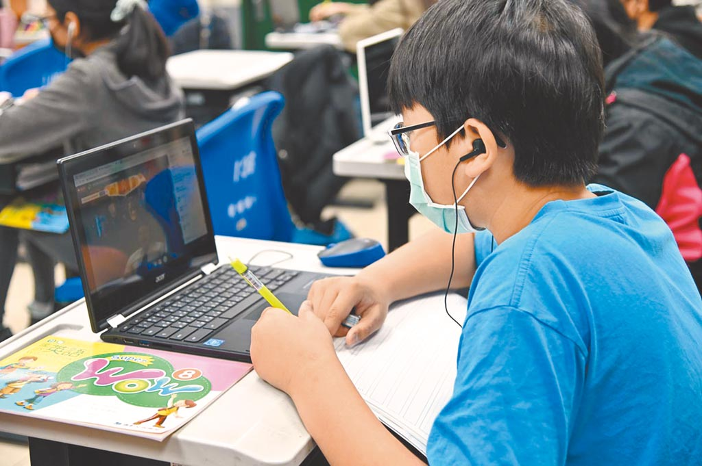 疫情導致產業變化之下,帶動互聯網應用。圖為學生體驗遠距教學。(本報資料照片)