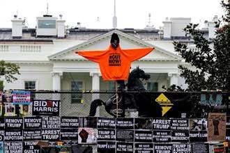 怕民眾失控攻進去 白宮架圍欄全面封鎖 數百國民兵待命
