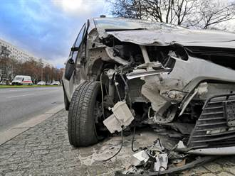考4次才拿到駕照 三寶女首上路 撞樹害死3友人