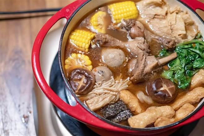 隨著天氣逐漸轉涼,不但讓深秋的氣息越來越濃,也激起民眾對火鍋的需求。正逢好市多「羊肉爐」特價,賣場傳出誇張搶購人潮。(示意圖/Shutterstock)
