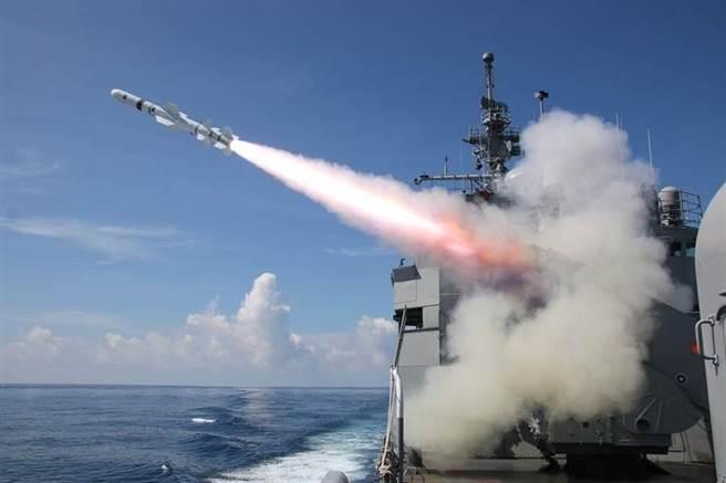 海軍濟陽級巡防艦發射魚叉飛彈。(圖/中華民國海軍臉書)