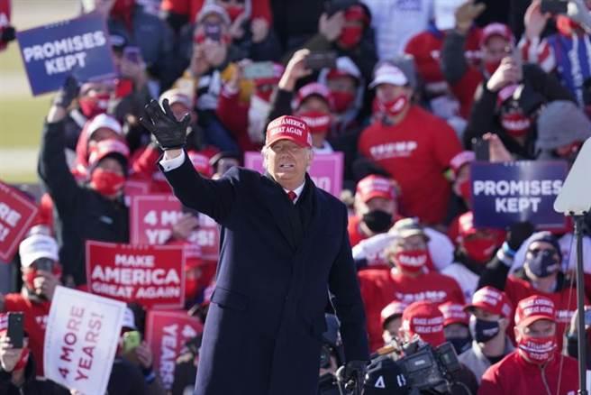 美國總統川普1日在愛荷華州迪比克地方機場(Dubuque Regional Airport)造勢時,向支持者揮手的神情。(美聯社)