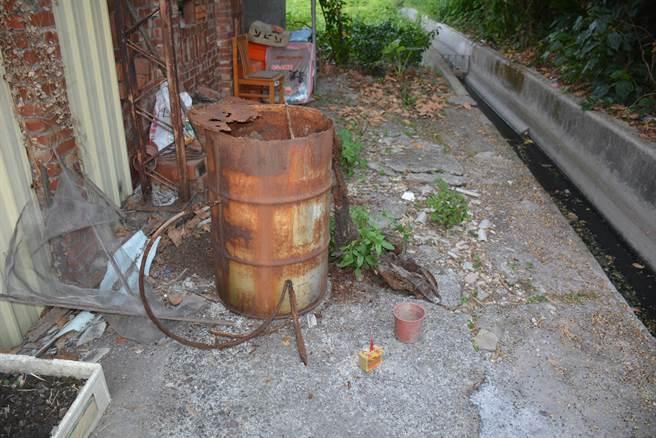 鐵桶放置在該處已經長達16年,犯嫌原本蓋在鐵桶上的鐵蓋,已經生鏽腐蝕,僅堆放一些垃圾。(警方提供/吳建輝彰化傳真)