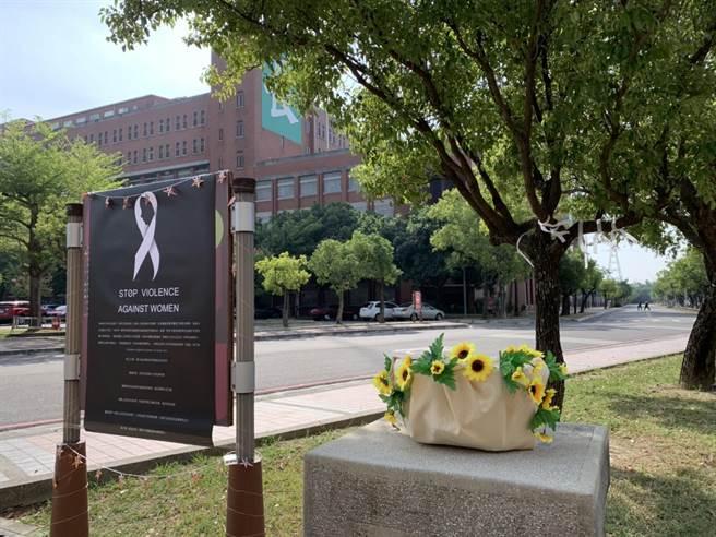 就讀台南某大學的馬國女大生上月遇害,師生2日在校園小樹上綁上白絲帶思念。(李宜杰攝)