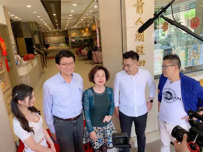 河邊餐飲市中店5月時,還有藝人沈玉琳與國民黨主席江啟臣前往錄節目。(柯宗緯攝)