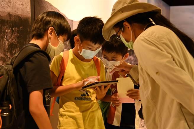 十三行博物館近日再推出與地方學子連結的「八里學生來考古」活動,邀請230位師生體驗結合實境和虛擬的遊戲,即日起更開放所有民眾體驗。 (戴上容攝)