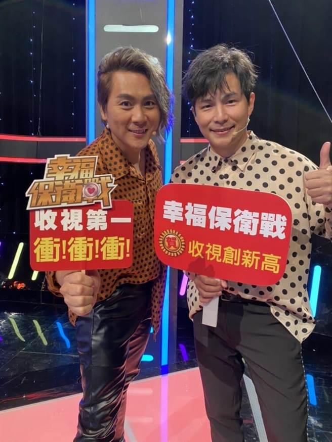 王仁甫(左)、孫協志主持《幸福保衛戰》,收視表現不俗。(民視提供)