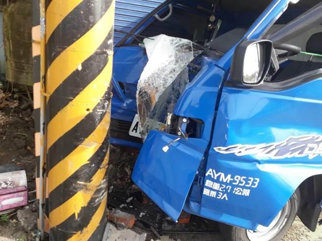 通霄鎮台1線124.5K處,2日下午發生因東北季風強勁造成小貨車失控自撞電線桿,車頭全毀。(讀者提供/謝明俊苗栗傳真)