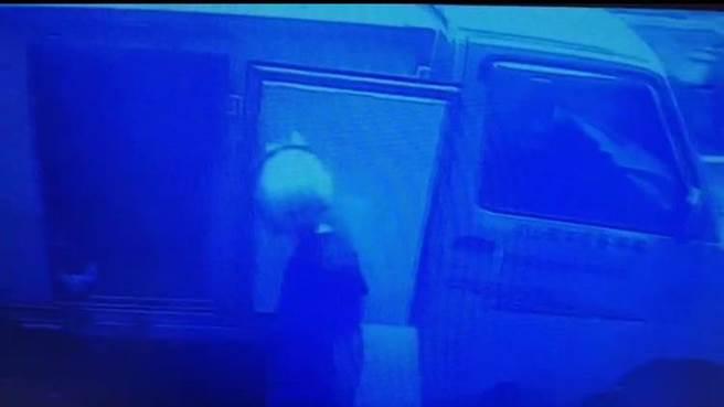 許姓竊賊偷貨車卻忘記放手剎車,煞車皮冒煙當場被警方發現他是竊賊,訊後依竊盜罪送辦。(民眾提供/李文正台北傳真)
