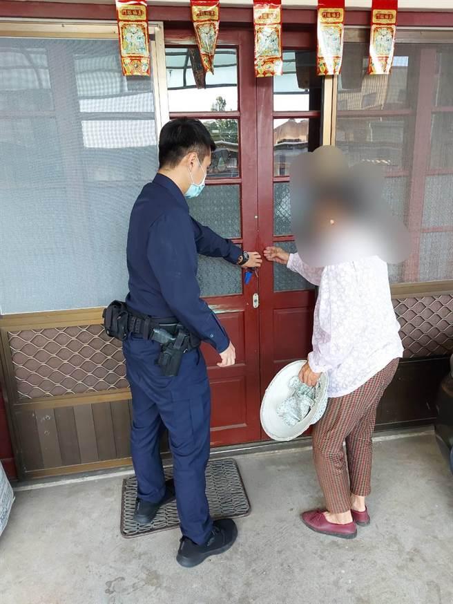 苗栗警方獲報護送老嫗安全返家。(警方提供/何冠嫻苗栗傳真)