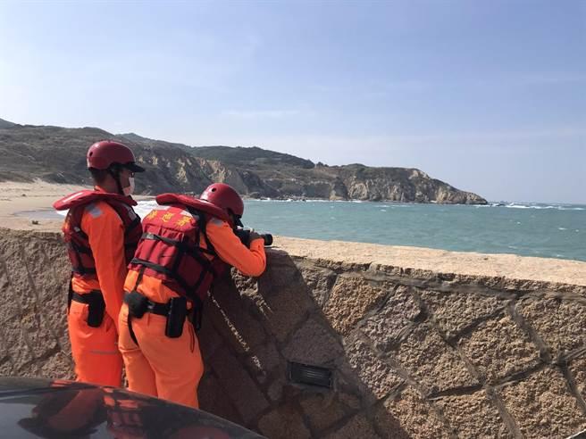 岸際救援組猛澳安檢所以望遠鏡全程觀察釣客狀況,並持續與巡防區保持通聯。(金馬澎分署提供)