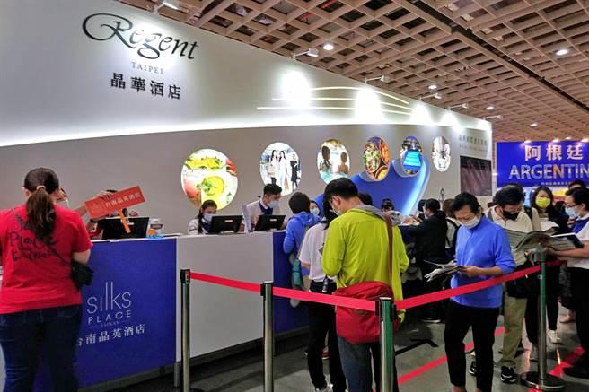 晶華國際酒店集團2020年ITF旅展攤位以城市度假遊輪風為主題,受惠國旅大爆發、消費者買氣熱絡,現場4天銷售業績達6500萬元。(記者林資傑攝)