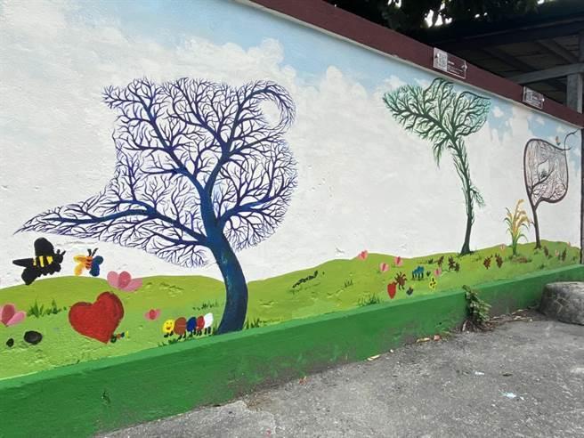 藝術家簡俊成帶領地方文化館共同創作壁畫「台東最美的牆」。(蔡旻妤攝)