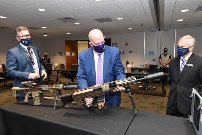 中間的是德士隆的班用機槍,左邊為步兵步槍。(圖/Textron Systems)