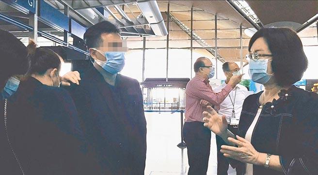 我駐馬來西亞代表洪慧珠(右)前往吉隆坡機場慰問馬籍遇害女大生的父母。(中央社)