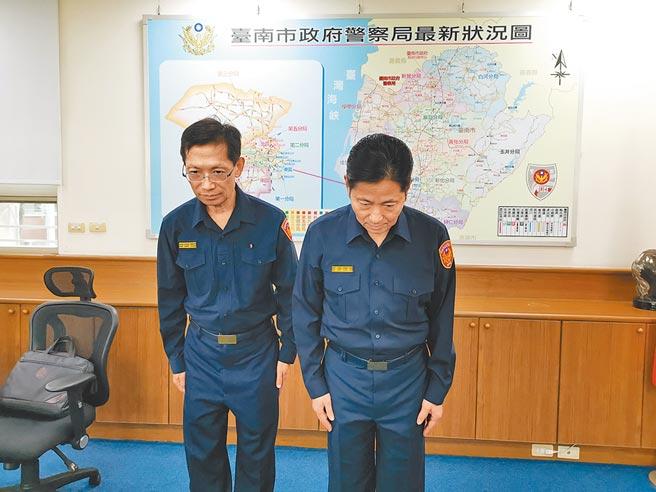 台南市警察局長詹永茂(右)、督察長葉明潭代表台南市警察局對受害女大生家屬表達歉意。(劉秀芬攝)