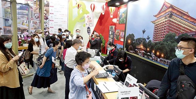 今年台北國際旅展(ITF)成為國旅天下,各大飯店集團紛紛推出優惠券,吸引許多民眾排隊搶便宜。(鄭任南攝)