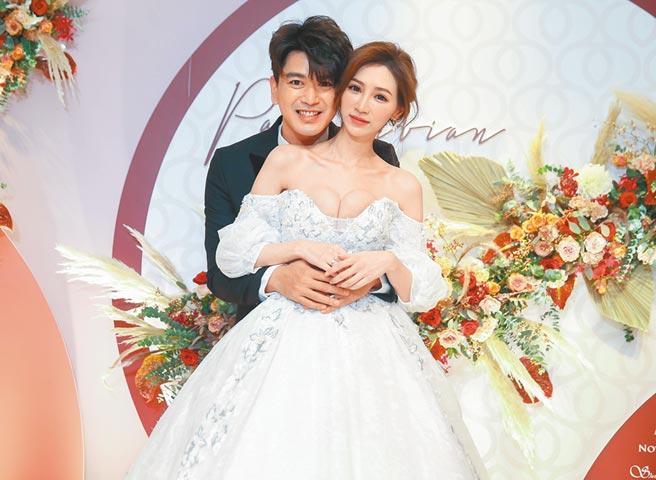 潘逸安(左)与老婆Vivian昨晚在台北补办婚宴。(粘耿豪摄)