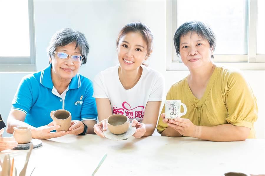林心如和陶藝課老師蕭婷云(右)、盲人重建院院長張自(左)一起合影。(TVBS提供)