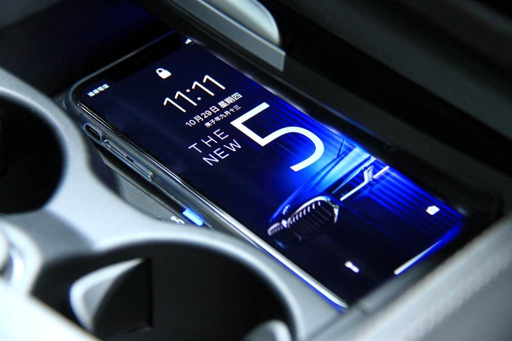 BMW全面以Apple產品來做為數位鑰匙,其中即使手機電量耗盡關機,仍可維持五個小時正常運作;但直接關機,則必須在重新開機之後,才可恢復功能。而分享數位鑰匙的功能還可以限制車速、不準停用DSC與智慧安全輔助功能…等等的設定(例如:分享給開車技術還不熟練的兒子或女兒使用)。