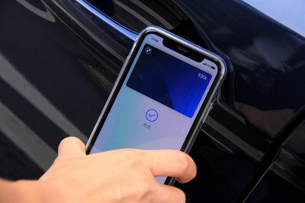 使用iPhone在打開車門或啟動引擎之前,不需要將畫面解鎖即可操作。