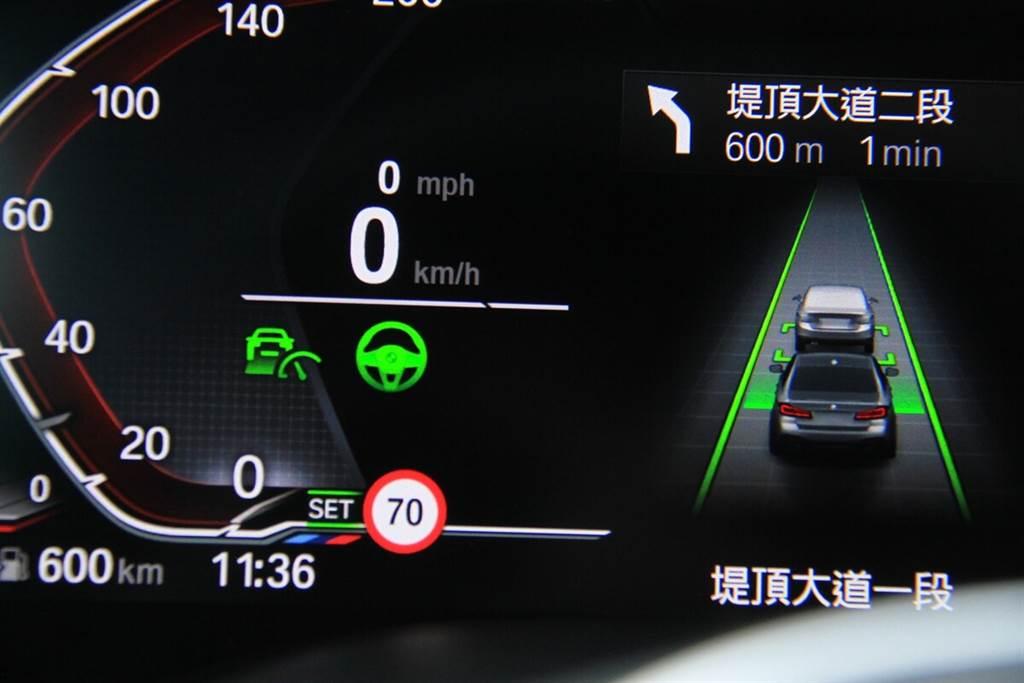 小改款五系列的數位駕駛儀錶在中央位置新增了衛星導航路線導引提示。另外,列為全車系標配的抬頭顯示器,顯示面積也比過去加大了16%(主要是加寬),同樣也是可以顯示簡易的路線導引,以及自動駕駛輔助、時速、路段速限以及來電顯示…等等資訊。