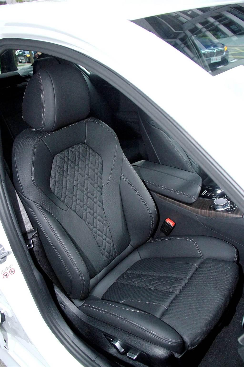 520i M Sport首發版還配置了新款Sensatec 2.0皮質包覆的跑車式座椅。新版Sensatec 2.0除了皮革質感更加柔軟以及側面包覆加厚之外,還新增了透氣口以及菱格紋縫線的設計。