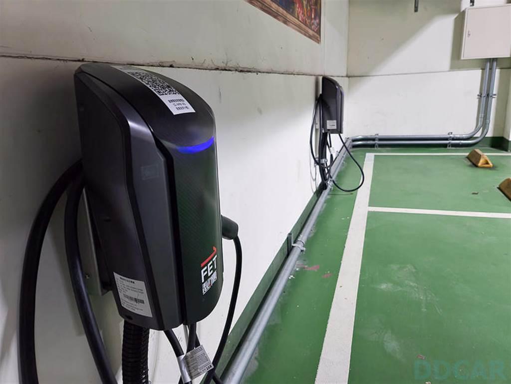 連遠傳都有充電車位?!實測板橋愛買南雅店 FET 智慧充電服務