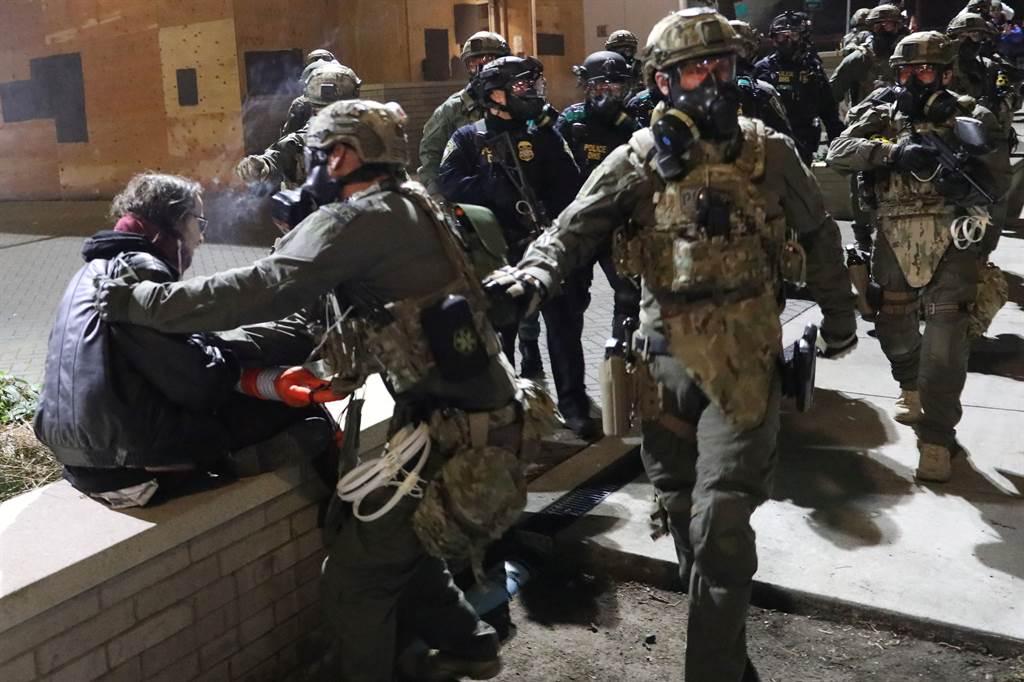 波特蘭「超前部署」進入緊急狀態,以因應選後可能的暴動。圖為先前種族抗議事件中,民眾與警方發生肢體衝突。(圖/路透社)