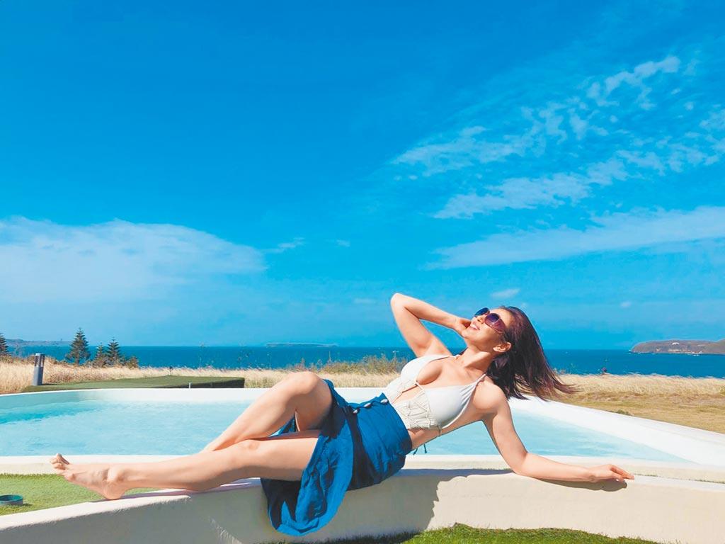 劉品言大方放送在小琉球度假拍的海灘比基尼性感美照。(公視提供)