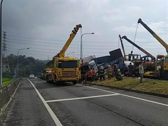 國3寶山段南下5車連環撞 轎車卡連結車底衝出邊坡1死2傷