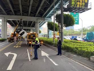 汽車違規迴轉要上交流道 小貨車遭撞側翻