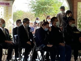 馬國僑生父母追思愛女 母接下畢業證書放聲大哭