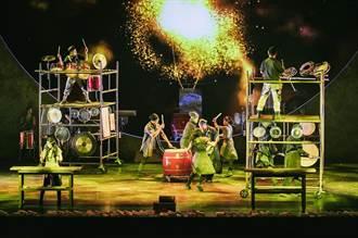 打擊樂手爬上高台演奏 盼用音樂療癒眾人