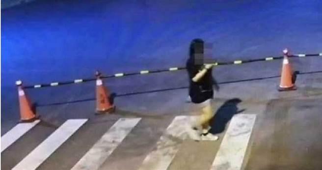 長榮大學鍾姓女大生10月29日晚間走出校門口,徒步前往同學宿舍聚會卻遇害,最後身影被監視器拍下。(圖/警方提供)