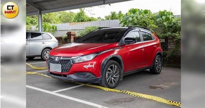 貼有「shark」貼紙的紅色轎車是梁育誌貸款買來的愛車,警方懷疑他犯案後有刻意去洗車,企圖毀屍滅跡。(圖/宋岱融攝)