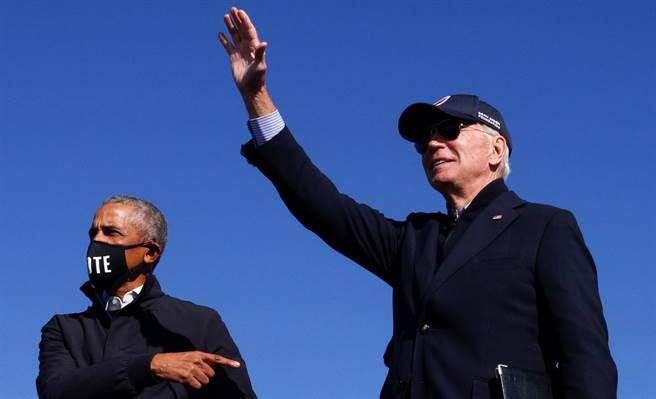 美國前總統歐巴馬(左)10月31日在密西根州的造勢活動中,為民主黨總統候選人拜登助選。(路透)