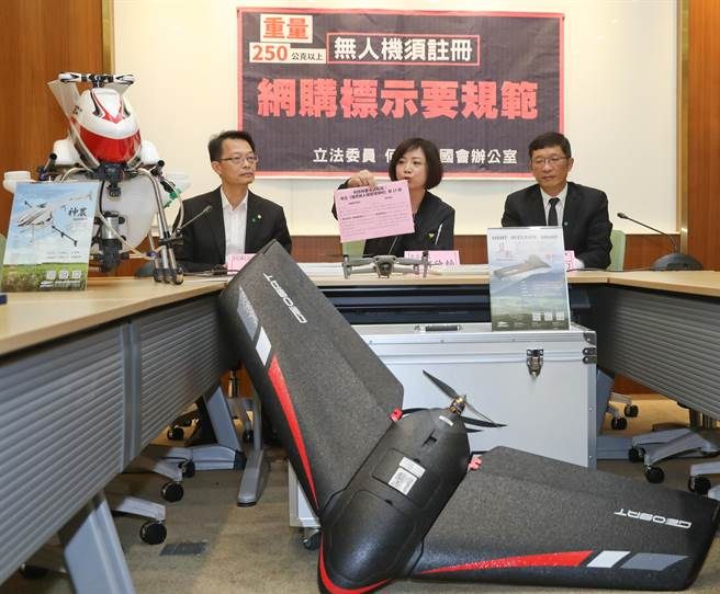立委何欣純(中)3日舉行「250公克以上無人機須註冊,網購標示要規範」記者會。(劉宗龍攝)