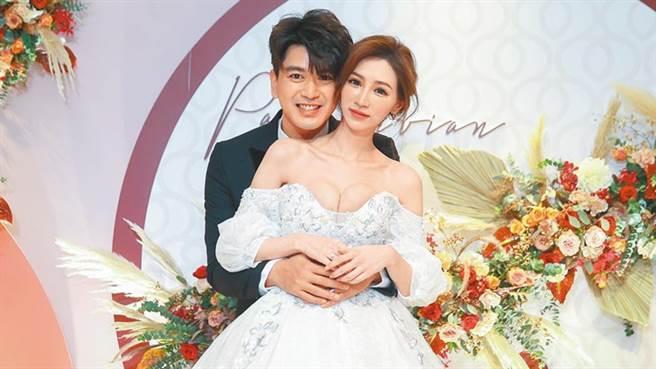 潘逸安(左)与老婆Vivian1日补办婚宴。(粘耿豪摄)