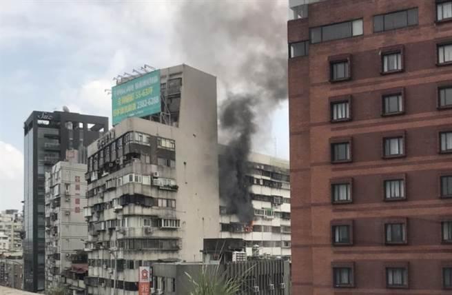 北市環河南路公寓冒火苗濃煙,住戶紛逃生無人傷。(讀者提供)