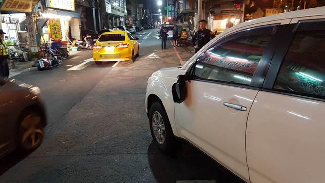 施姓男子酒後企圖駕駛警用機車逃逸,隨即撞到車輛摔倒。(圖/熱心民眾提供)