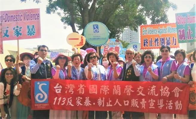 國際蘭馨交流協會3日沿街高喊「113一通,家暴無蹤」口號,發放文宣與紀念品呼籲民眾都能更重視家暴問題。(盧金足攝)