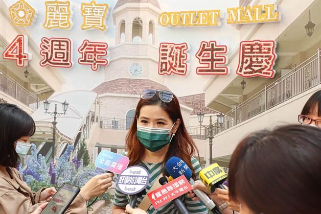 麗寶Outlet行銷部暨公關經理陳宇秀表示, 4週年慶期間,館內推出眾多優惠商品。(麗寶Outlet Mall提供/陳淑娥台中傳真)