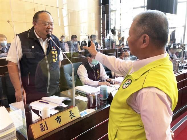 市議員蕭隆澤(右)於市議會業務質詢時,播放不明人士恐嚇被害人家長的錄音給副市長陳子敬(左)聽,要求市府重視校園霸凌的嚴重性。(陳世宗攝)