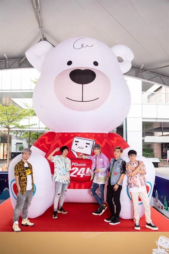 八三夭今出席「AMAZING抱抱熊」關懷失依兒公益活動。(PChome提供)