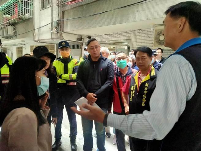 產權所有人代表今(3日)上午要將連通道路收回並重新砌磚,砌磚之後將阻礙安全通行引起住戶不滿,數十名住戶群起抗議。(民眾提供)